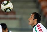布兰科注视飞来的足球