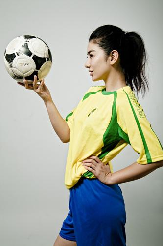 图文-黄奕拍摄世界杯足球写真捐稿费献爱心