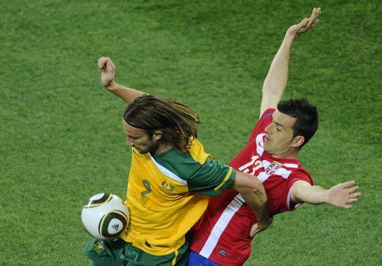 图文-[小组赛]澳大利亚2-1塞尔维亚肯尼迪前场护球