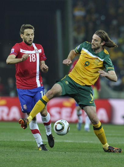 图文-[小组赛]澳大利亚2-1塞尔维亚肯尼迪横跨护球