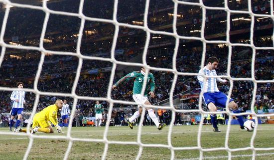 图文-[1/8决赛]阿根廷VS墨西哥伊瓜因轻松破门