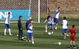 球员各自忙碌训练