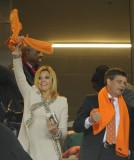挥舞橙色围巾