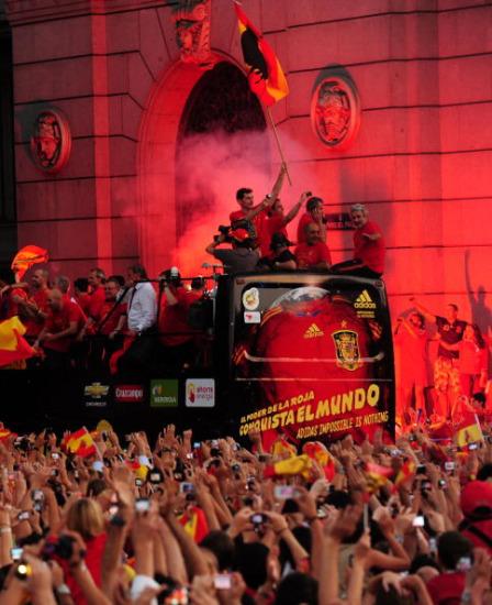 图文-新科冠军西班牙队大游行一片红色的海洋