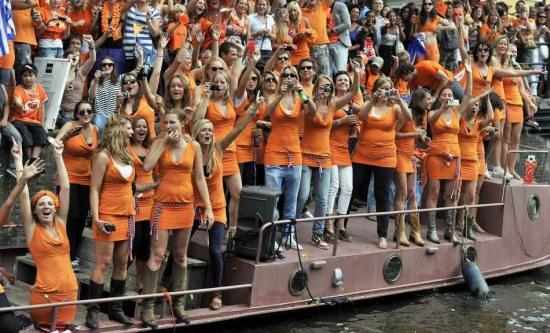 图文-橙色荷兰运河大游行两岸美女如云