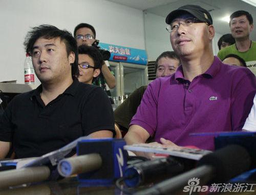 前100米叶诗文落后,启蒙教练魏巍和叶爸屏住呼吸盯着屏幕