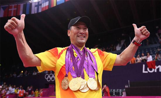 李永波把羽毛球全部五个项目的金牌挂在胸前