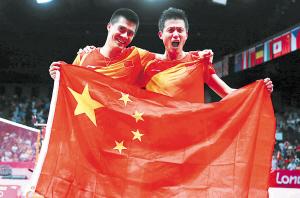 蔡�S(右)/傅海峰夺冠后庆祝。   均为新华社发