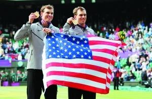 8月4日,美国选手布莱恩兄弟在男双冠军领奖台上。新华社发