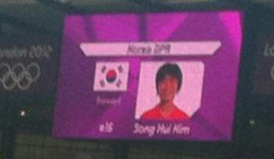 朝鲜女足队员旁边的国旗竟然变成韩国国旗