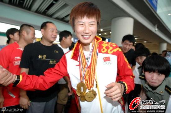 中国乒乓球队载誉归国