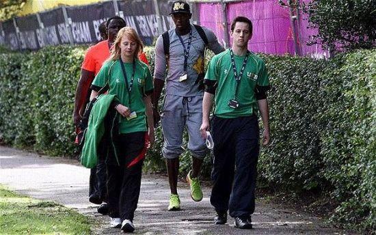 博尔特抵达伯明翰大学牙买加队训练基地