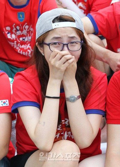 女球迷伤心落泪