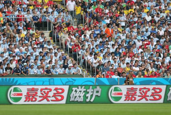 本届世界杯的每场比赛中,嘉实多磁护的中文广告牌都会不时出现在赛场中