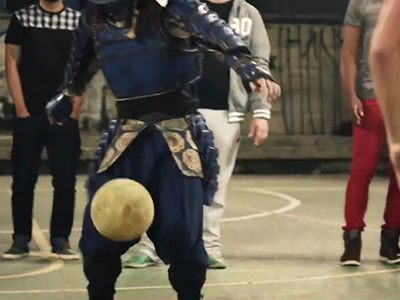 日本武士穿越秀球技 街球大神为世界杯加油