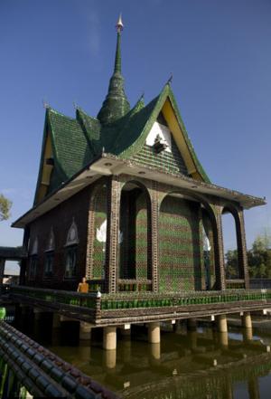 泰国僧人用150万个旧啤酒瓶建造寺庙(图)