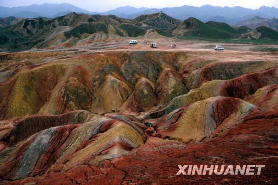 9月8日傍晚,人们在甘肃张掖丹霞地质公园参观游览。