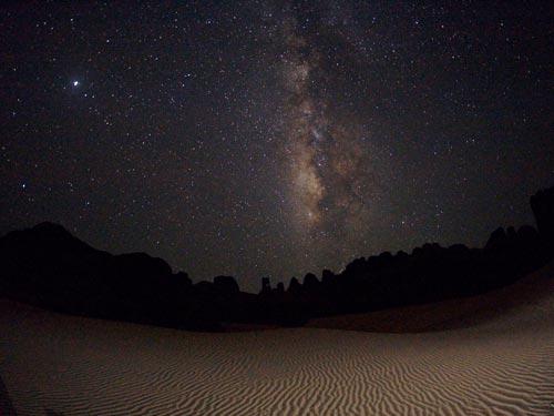 撒哈拉沙漠夜空的银河系