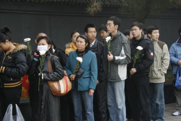 时许在八宝山革命公墓内,已经有很多自发前发往悼念的公众排起了长队