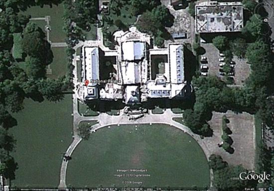 """GeoEye-1卫星在13日早晨拍摄的卫星照片,显示""""国家宫殿""""灾后情况"""