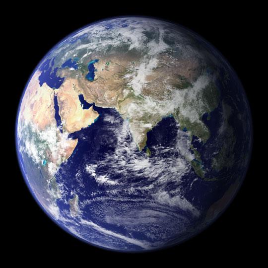 太空鸟瞰地球:月平线上升起新月形地球
