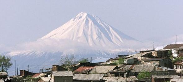 照片中是山顶覆盖积雪的亚拉拉特山。探险者称,他们在亚拉拉特山约3960米海拔处发现了诺亚方舟残骸