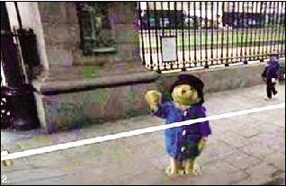 2. 一名兒童穿着整套熊服站在大英博物館外衝著谷歌街拍汽車招手。