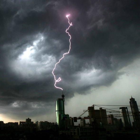 闪电击向广东佛山一栋高楼