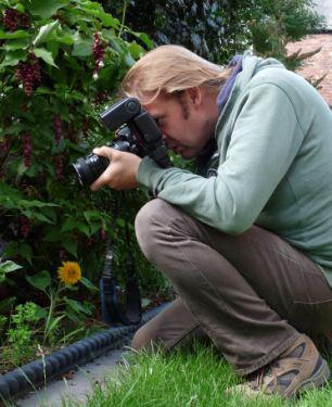 """""""虫人"""" 努尔康姆比正在自家花园里拍照。"""