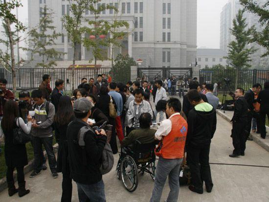 众人在法院外等候