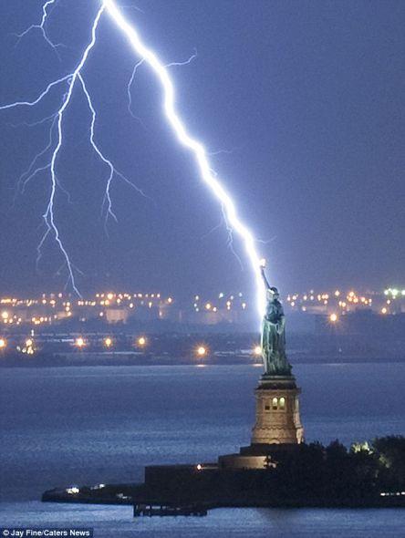 美国摄影师拍到闪电击中自由女神像瞬间(图)