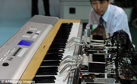 一款能用两只手弹钢琴的机器人在2010年台北国际机器人展上首次全球亮相