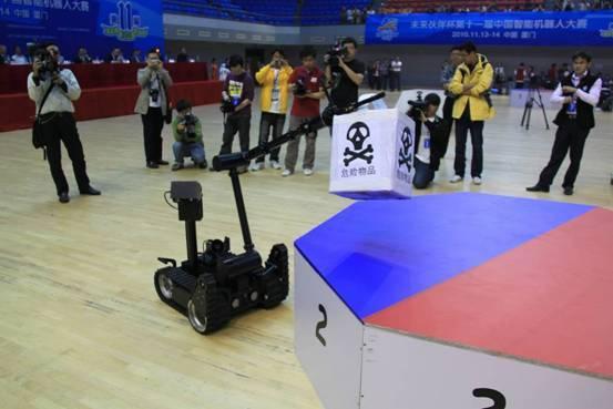 中国首台自主研发的反恐排爆机器人亮相开幕式,演示机器人排爆的过程