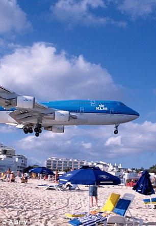 第二名:加勒比海圣马丁岛朱莉安娜公主机场,入选原因是其靠近海滩,飞机可以从度假者头顶掠过