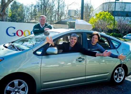 从左到右:施密特、佩吉和谢尔盖在谷歌无人驾驶汽车上