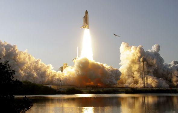 """2月24日,美国""""发现""""号航天飞机在佛罗里达州肯尼迪航天中心发射升空,前往国际空间站。服役近27年的""""发现""""号由此开启了""""绝唱""""之旅。"""