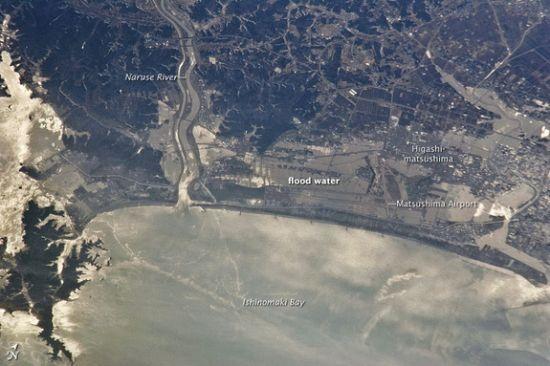 3月13日照片:2011年3月13日,洪水仍然滞留于仙台附近的日本海岸。国际空间站第26远征队宇航员在354千米高的太空中拍摄下这幅照片。照片显示了仙台北部地区及东松岛市的一部分。