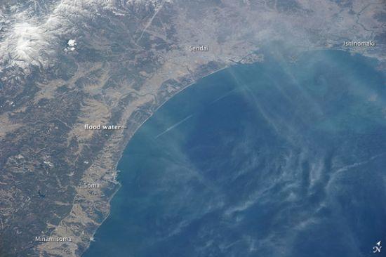 3月14日照片:透过一层薄薄的云雾可以看到,大地震和海啸发生数日后,仙台南部的洪水仍未退去