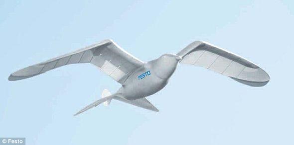 SmartBird的重量只有450克,能够朝两侧移动尾巴和转动头部。