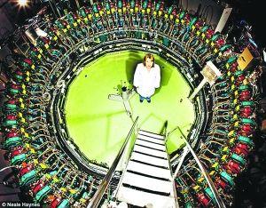 题图:低温学工程师雷切尔・伯克利站在达斯伯里的EMMA加速环内。