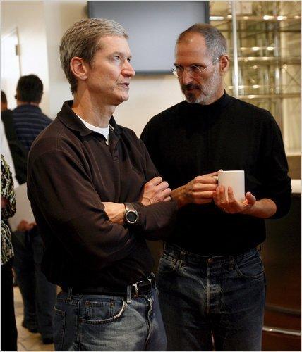 图为苹果前COO库克(左)和乔布斯(右)在一起。(新浪科技配图)