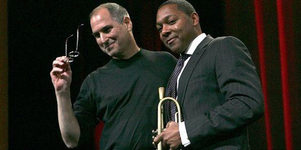 乔布斯与爵士乐传奇人物维尼敦・马萨里斯(Wynton Marsalis)在2005年10月12日举行的一次特别发布会上合影。苹果在这次发布会上推出了具备视频播放功能的iPod、新款iMac以及可以购买电影和电视节目的新款iTunes。