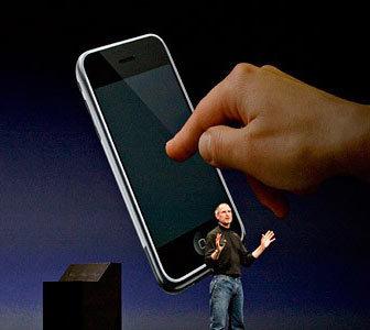 2007年1月9日,乔布斯推出了一款以iPod为基础开发的手机,希望将该公司的主导地位拓展到音乐播放器以外的市场。iPhone售价为499美元,内置4GB存储空间。
