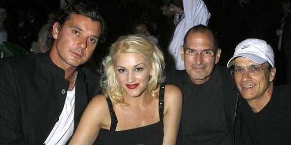 """加文・罗斯代尔(Gavin Rossdale)、格温・史蒂芬尼(Gwen Stefani)、乔布斯和吉米・艾欧文(Jimmy Iovine)于2008年10月15日参加""""Spirit Of Life Award Dinner""""颁奖礼。"""