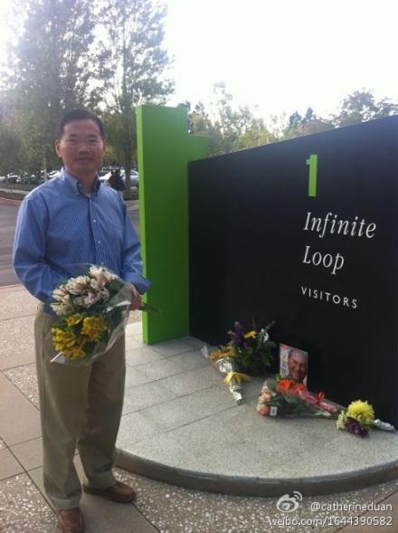 華裔工程師Leo來獻上一束獻花,他表示自己聽到消息很震驚,雖然知道喬布斯身體不好而隱退,但沒想到這一天這麼快就來了。