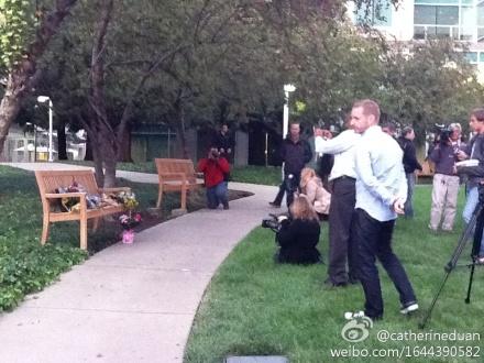 蘋果總部的紀念現場,周圍有不少蘋果員工。一位蘋果公關部員工表示,蘋果不計劃就此召開新聞發布會,也暫無任何相關喬布斯葬禮安排的消息。