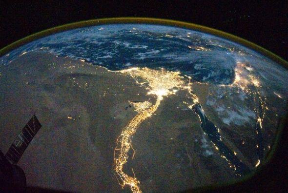 这是埃及沿着尼罗河沿岸的灯光,科学家们近期提出通过对外星人城市灯光的探测,或许将帮助我们找到它们存在的线索