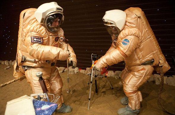 """火星500的两名宇航员——迭戈-厄比纳和亚历山大-斯莫林斯基2月从飞船里走出来,在火星""""表面""""(莫斯科的一个停车场)行走"""