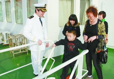 """天津,公众排起长队参观中国南极考察船""""雪龙号""""。"""