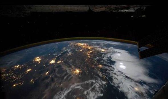 这张图片显示的云团上更亮的白色区域,只是每秒袭击地球数百次的闪电中的几个